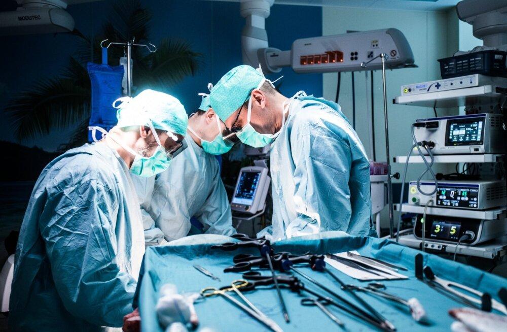 Koroonaviiruse taandumise järel on arstid silmitsi mitme uue murega – töömaht on ärajäänud protseduuride tõttu suur, samas on haigekassa rahakott palju õhemaks muutunud.