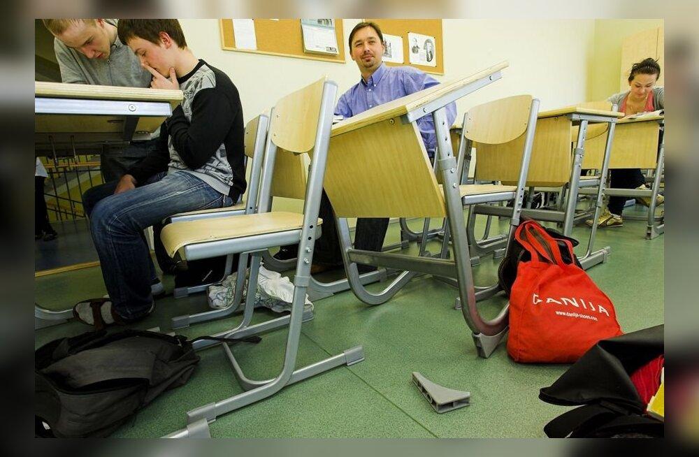 Tallinna ühisgümnaasium läks uue koolimööbliga alt – lauad kõiguvad