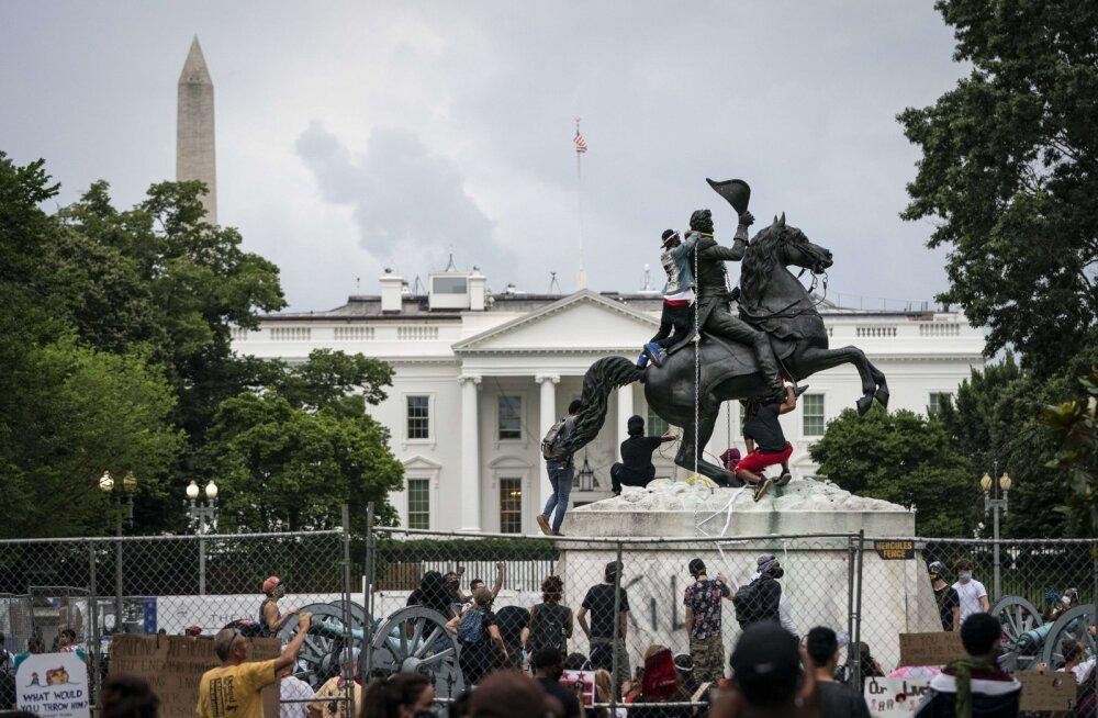 VIDEO | USA politsei hoidis ära president Andrew Jacksoni ausamba mahavõtmise Valge Maja ees