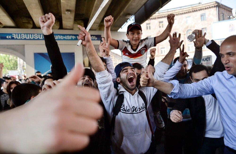 Meeleavaldajad juubeldasid eile Armeenia pealinnas Jerevanis, sest peaminister Serž Sargsjan lubas tagasi astuda.