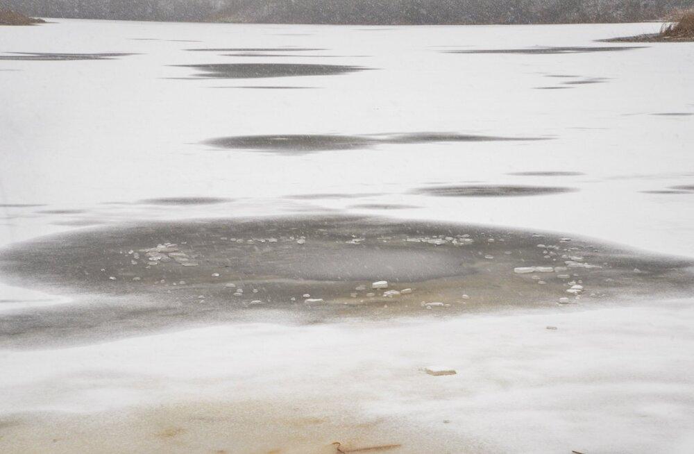 Kalamees vajus Viljandimaal läbi jää