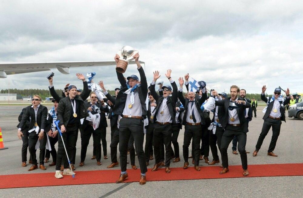 """Soome hokuikoondis on taas kodumaa pinnal, karikas Marku """"Märkö"""" Anttila kohal."""