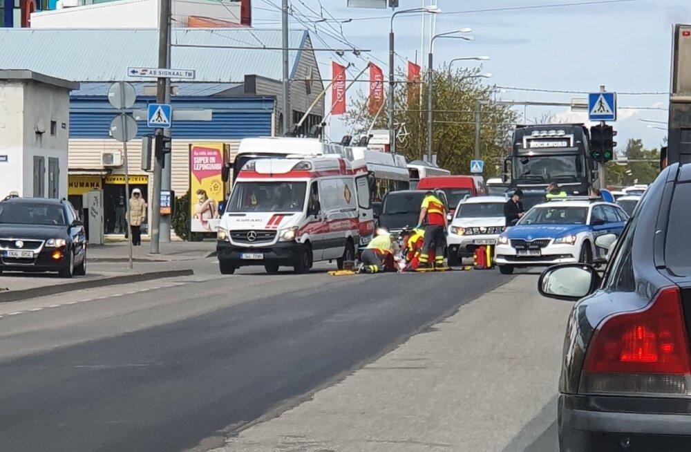 FOTO | Tallinnas jäi auto alla laps, kes esialgsetel andmetel eiras punast foorituld