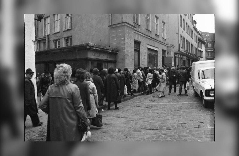 Järjekord sukavabriku Punane Koit esinduspoe ees Tallinnas Pikal tänaval