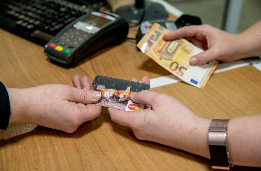 Sularahaga makstes võib juhtuda, et teenindajal pole võimalik kassast vahetusraha tagasi anda ja klient on sunnitud tasuma hoopis pangakaardiga.