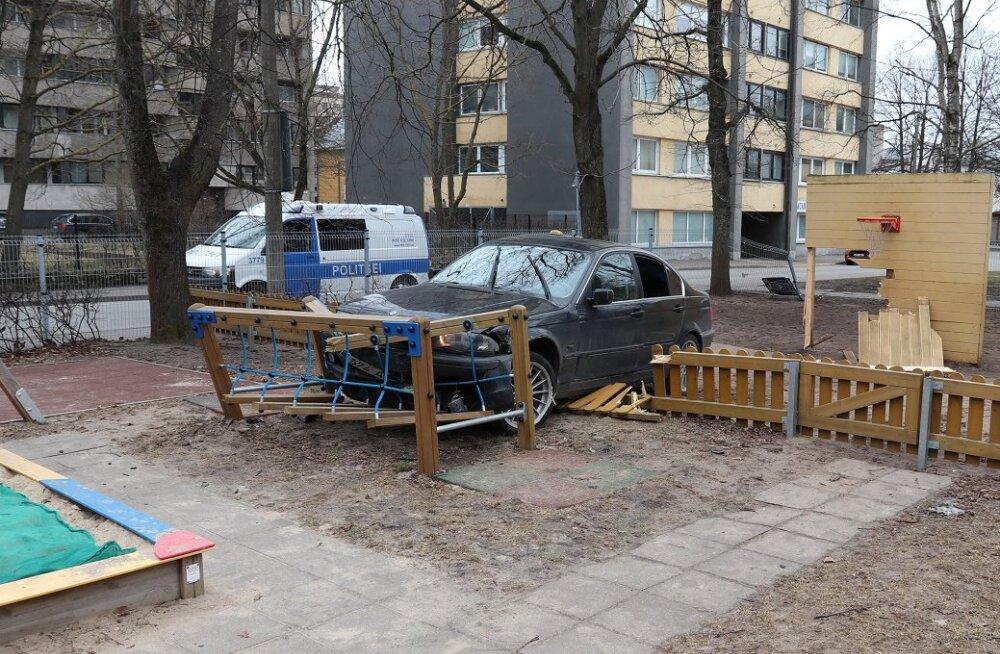 FOTOD   Tallinnas sõitis BMW läbi tara lasteaia hoovi