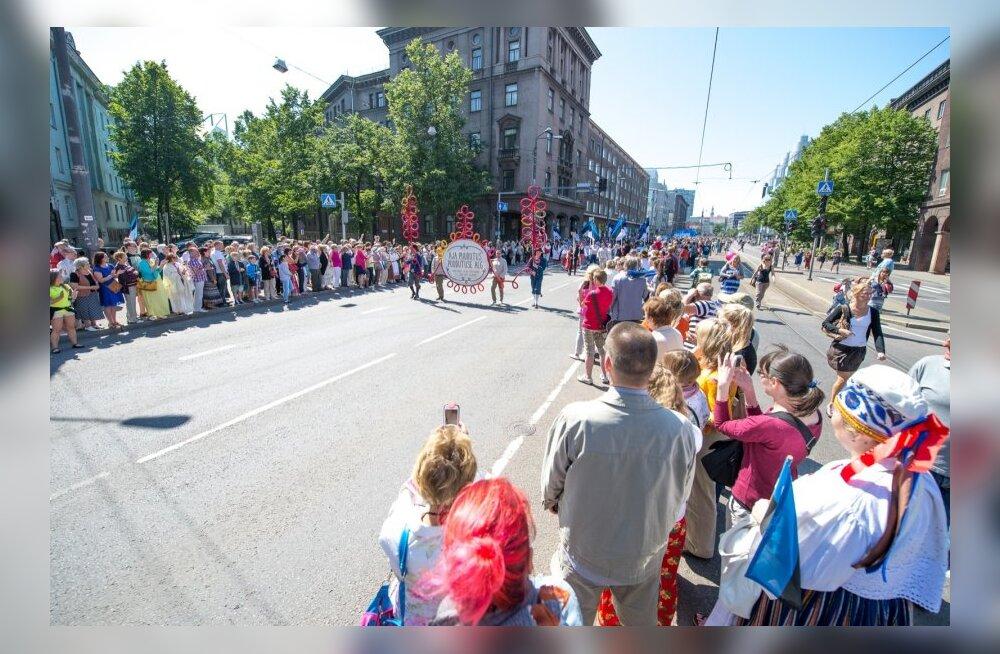Laulupeo rongkäik Narva maanteel