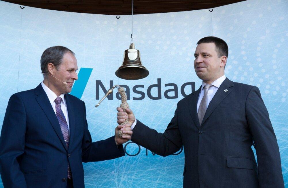 Tallinna Sadama juht Valdo Kalm ja peaminister Jüri Ratas sikutasid pidulikul rituaalil börsikellal tila küljest.
