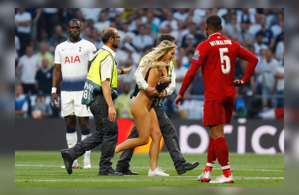 Полуобнаженная женщина появилась на поле во время матча