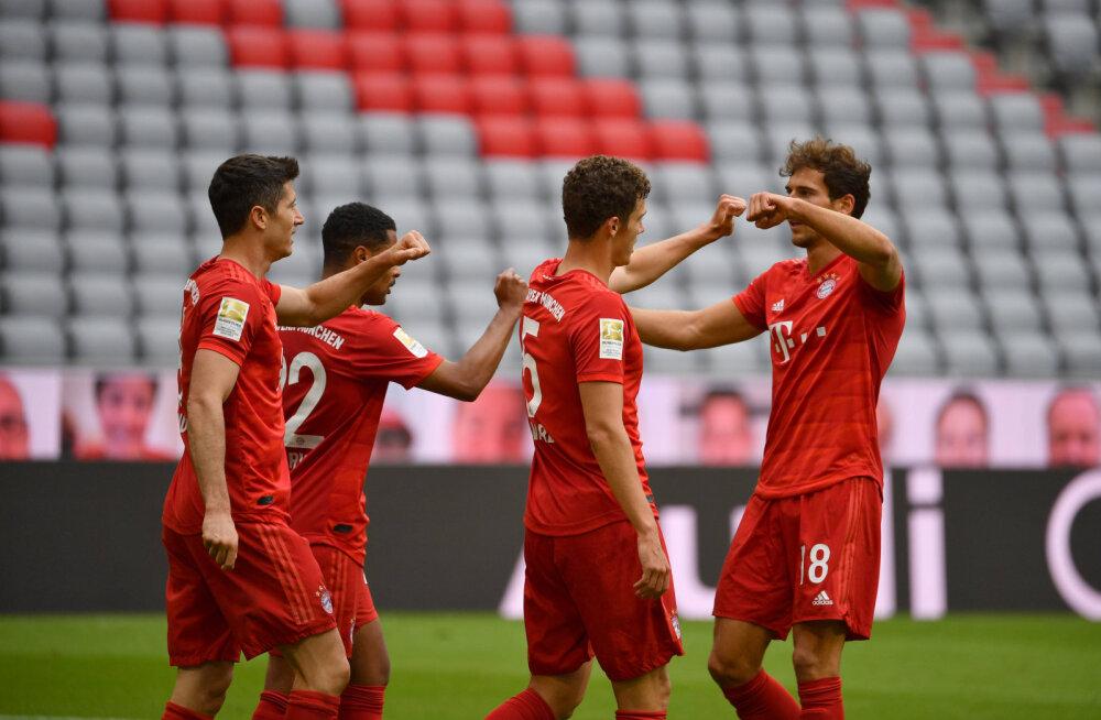 Robert Lewandowski (vasakul) koos Bayerni meestega