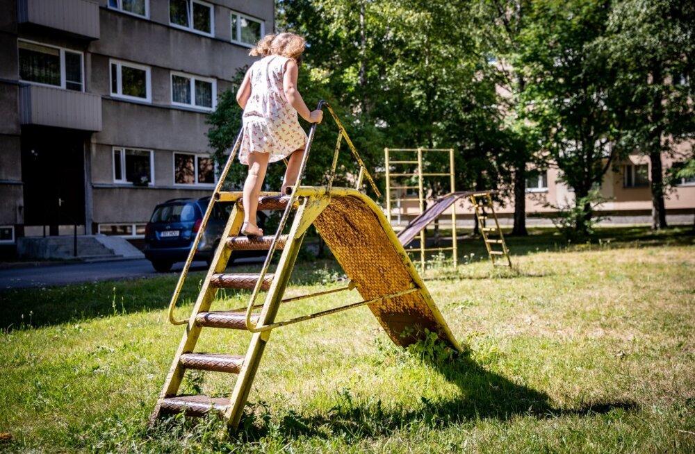 Laps mänguväljakul