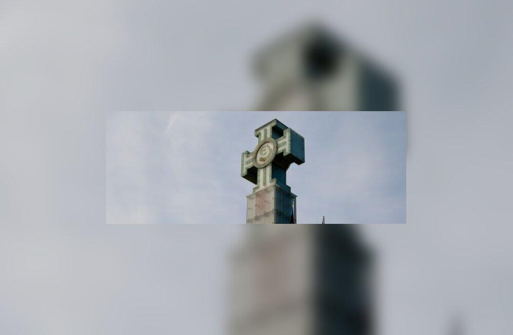 ФОТО: Монумент Свободы покрылся пятнами