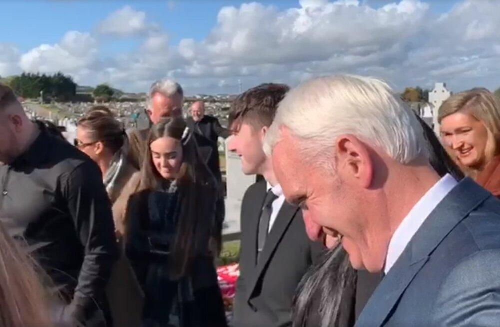 VIDEO   Sõnumid haua tagant: mees ajas omaenda matustel lähedased naerust nutma