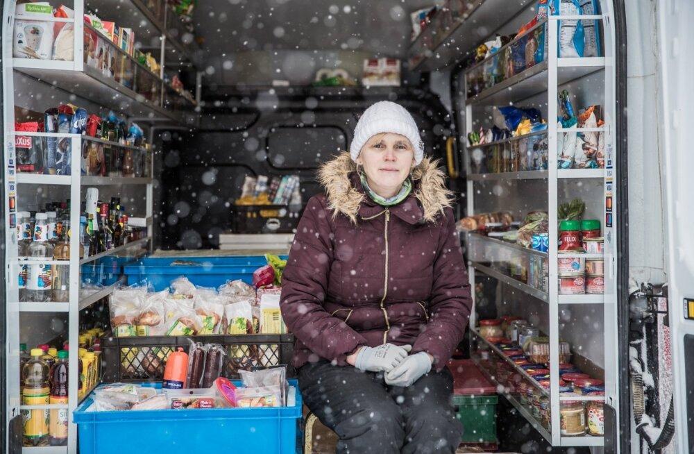PRESIDENT TUNNUSTAB   Kaupluseauto pidaja Õie Maiste toob toidu koju kätte