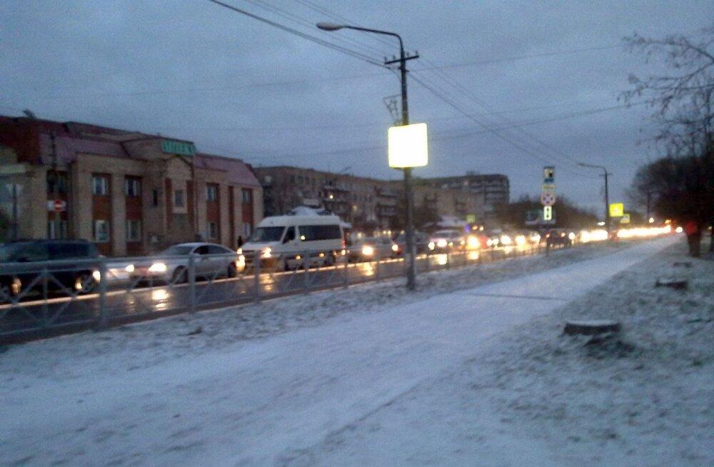 ФОТО читателя Delfi: В Ивангороде образовалась длинная очередь из спешащих в Эстонию туристов