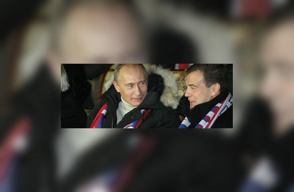 Medvedev ja Putin jalgpali vaatamas