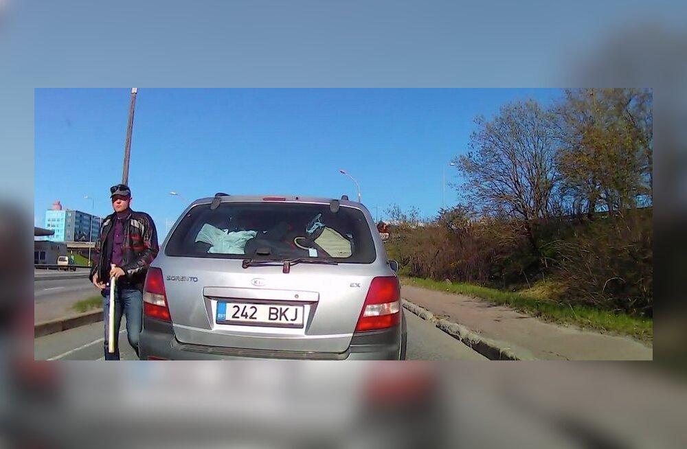 """ВИДЕО: Агрессивное поведение на дороге в Таллинне — мужчина """"подрезает"""" водителя и угрожает ему битой"""