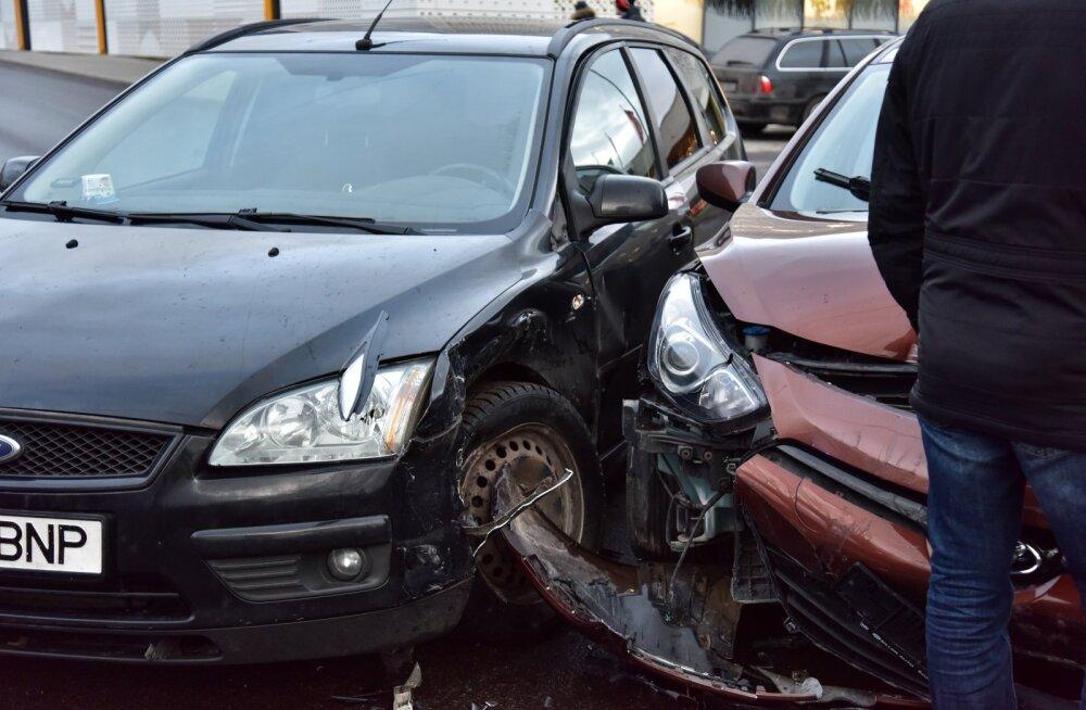 Viljandis põrkasid kokku kolm autot