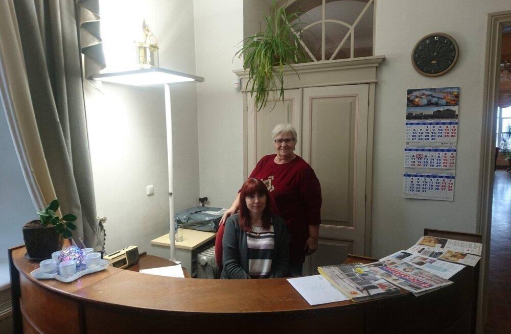Eesti Tööandjate Keskliidu administraatori töövari Piret-Karin (istub).