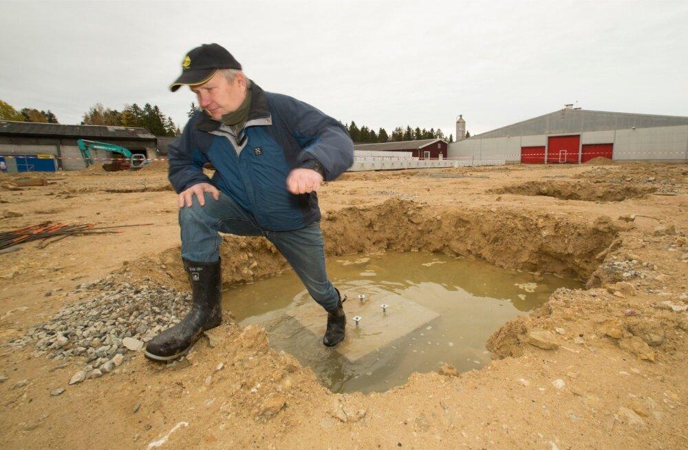 Meelis Mändla näitab, kuidas vihm on takistanud Paistevälja OÜ laudaehitust.