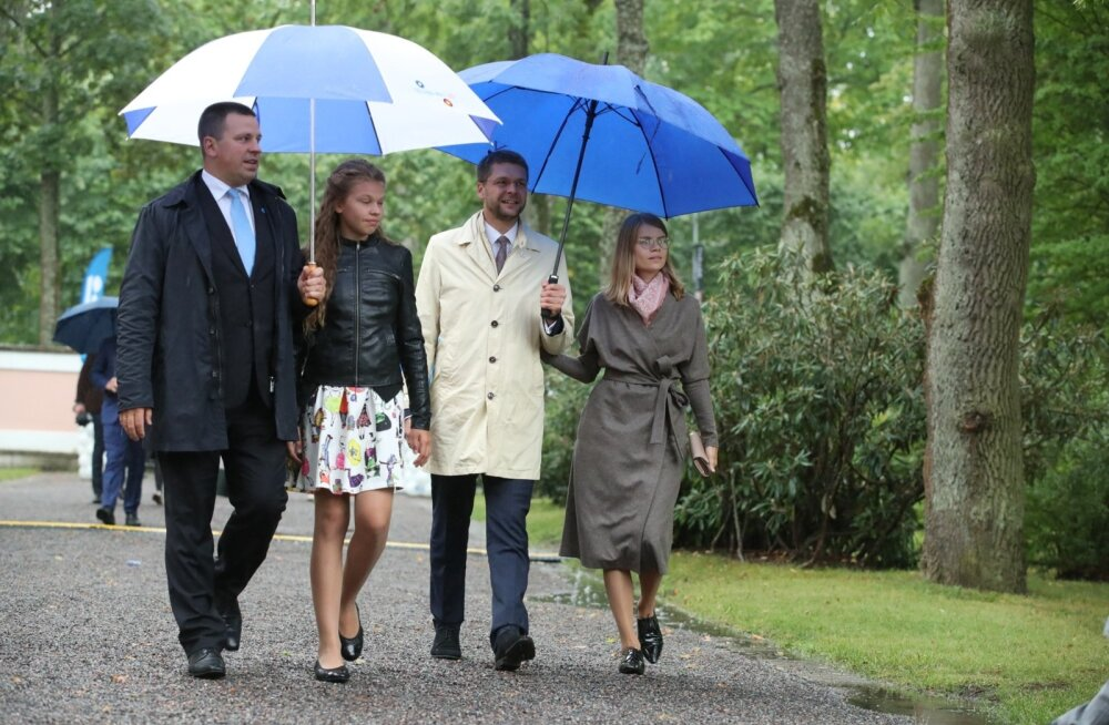 ФОТО: Званые гости на президентском приеме. Кто, в чем и с кем? А чем угощают?