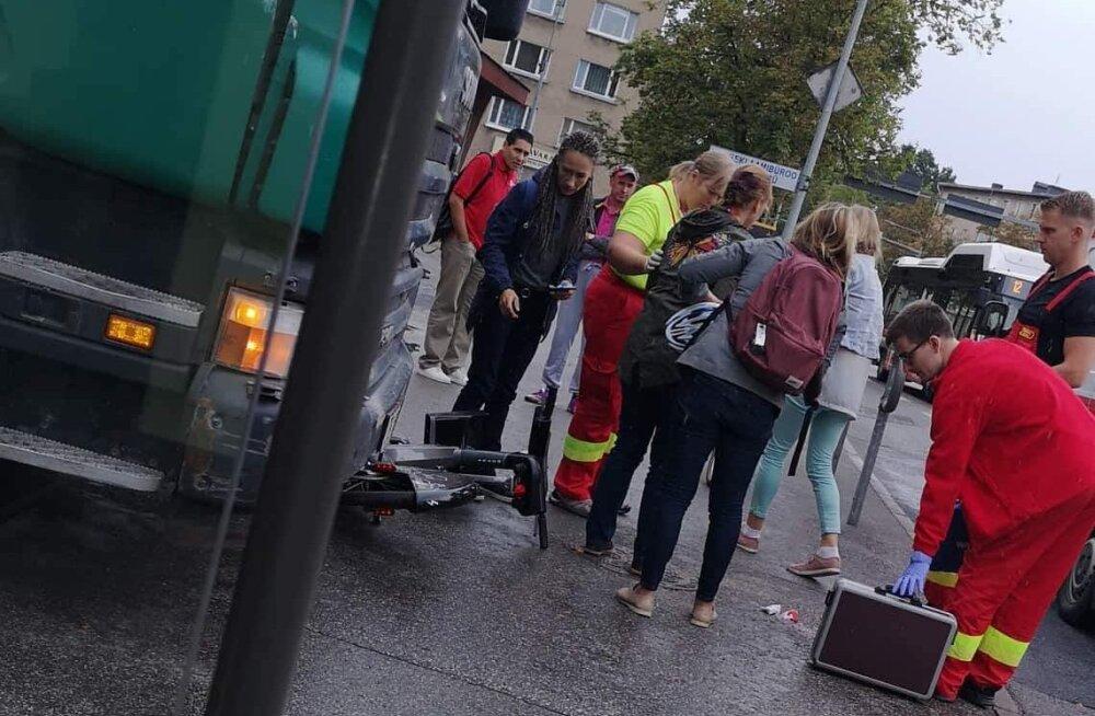 FOTO | Tartus sai jalgrattur prügiautolt löögi ja sattus haiglasse