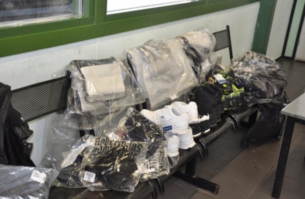 Российские таможенники задержали в Ивангороде петербуржца, пытавшегося ввезти из Эстонии 76 кг одежды