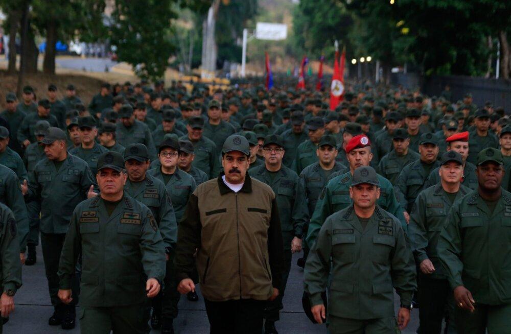 Venezuela president Maduro näitas end sõduritest ümbritsetuna