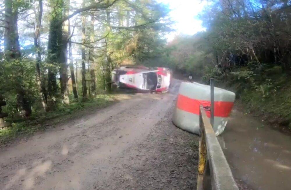 VIDEO | Vaata Latvala karmi avariid, mis seadis ka pealtvaatajad ohtu!