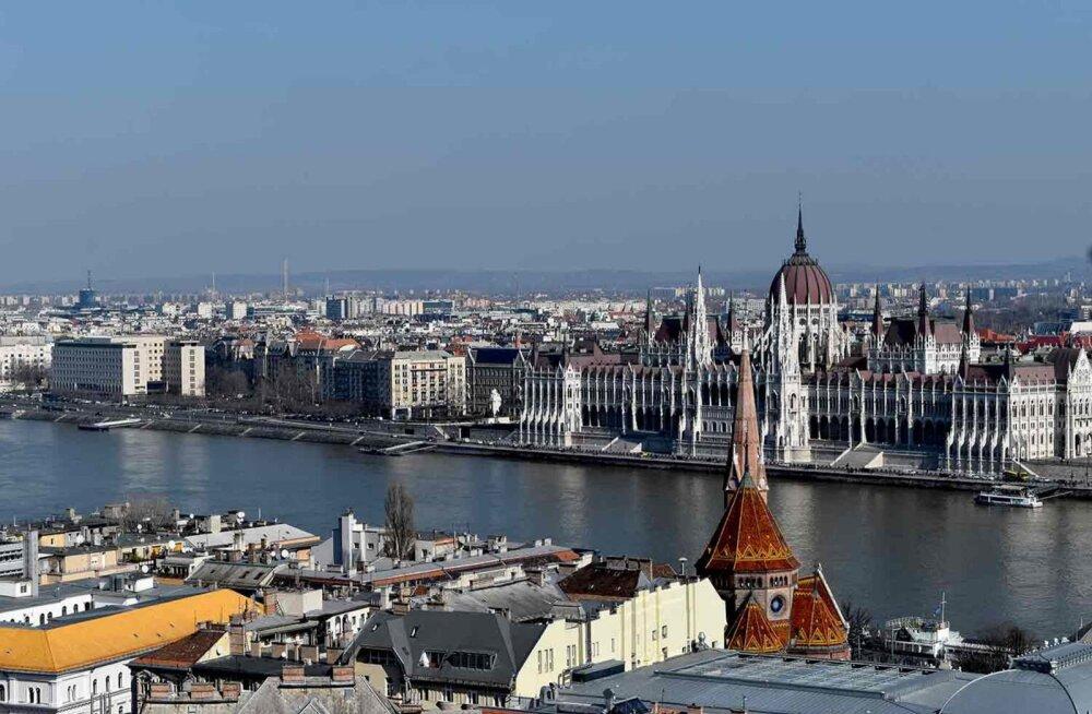 Vaade Ungari parlamendihoonele üle Doonau.