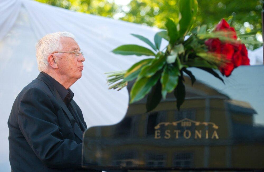 Raimonds Pauls tõdeb, et leiab siiani end iga päev klaveri taga. Samuti tuleb ette päris palju esinemisi, kuhumahub muusikat üsna mitmes žanris, estraadini välja.