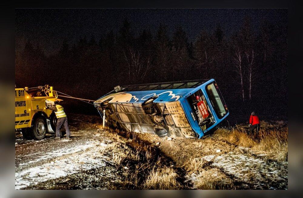 Nõva bussiõnnetuse pealtnägija: buss sisenes teeolusid arvestades kurvi ilmselt liiga kiiresti