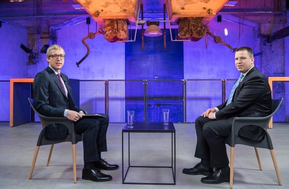Peaminister Jüri Ratas annab Johannes Trallale intervjuu. Foto: ERR