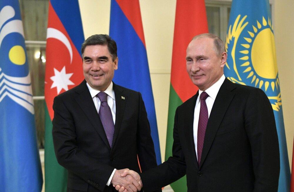 Президент Туркменистана Гурбангулы Бердымухамедов (слева) и Президент России Владимир Путин