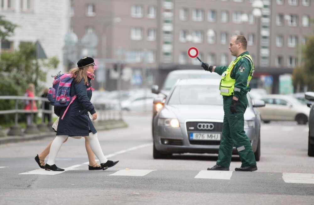 Korrakaitsejuht: ema, isa, takso- või bussijuht – pööra pilk telefonist teele, et laste koolitee oleks turvaline!