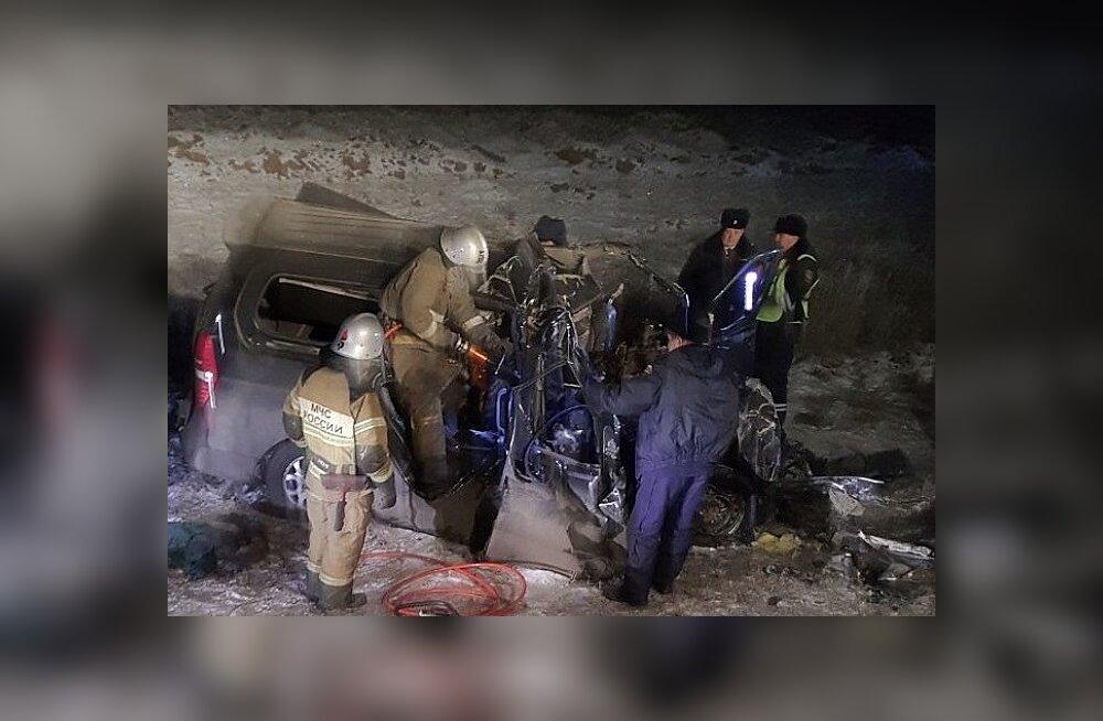 Venemaal juhtus üliraske liiklusõnnetus: väikebuss põrkas kokku veokiga