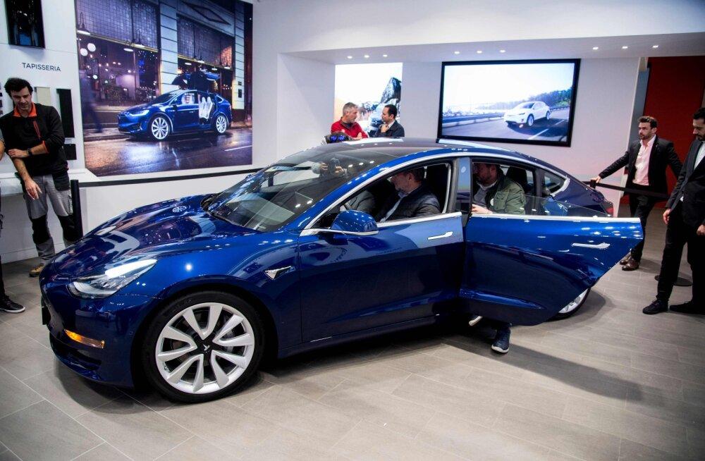 Tesla Model 3 jõudis Soome, ka Eesti tulevased omanikud on oodatud uudistama!