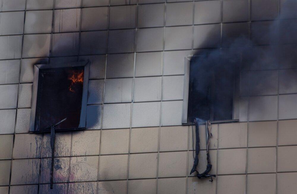 Paanika põlevas kaubanduskeskuses: signalisatsioon ega kustutussüsteem ei töötanud, varuväljapääsud olid lukus ja lapsed kinosaalis lõksus