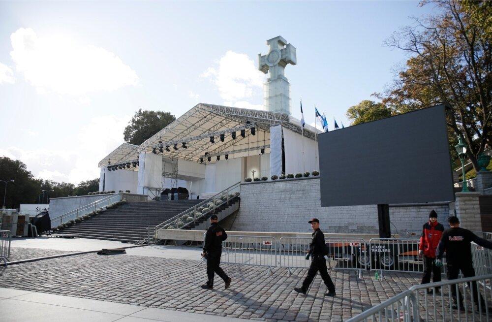Paavsti missa ettevalmistustööd olid eile pärastlõunal Vabaduse väljakul juba lõpusirgel.