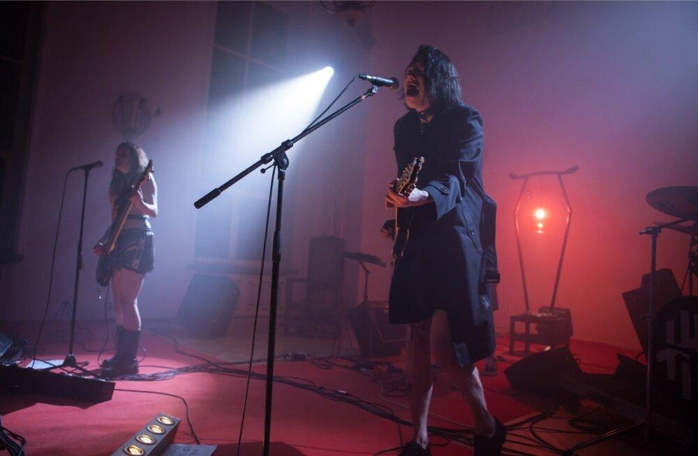 <em>Metal</em>'i-kontsert lavastuse lõpus annab öistele möödujatele teada: Teater NO99 ikka eksisteerib veel.