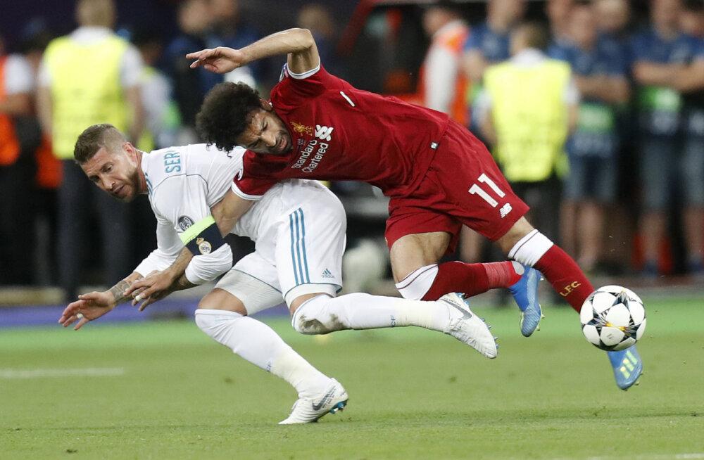 Sergio Ramos ja Mohamed Salah võitluses, mis lõppes egiptlase vigastusega