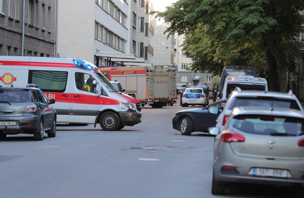 ФОТО DELFI: У посольства США в Таллинне обнаружена подозрительная сумка. Оказалось, в ней мусор