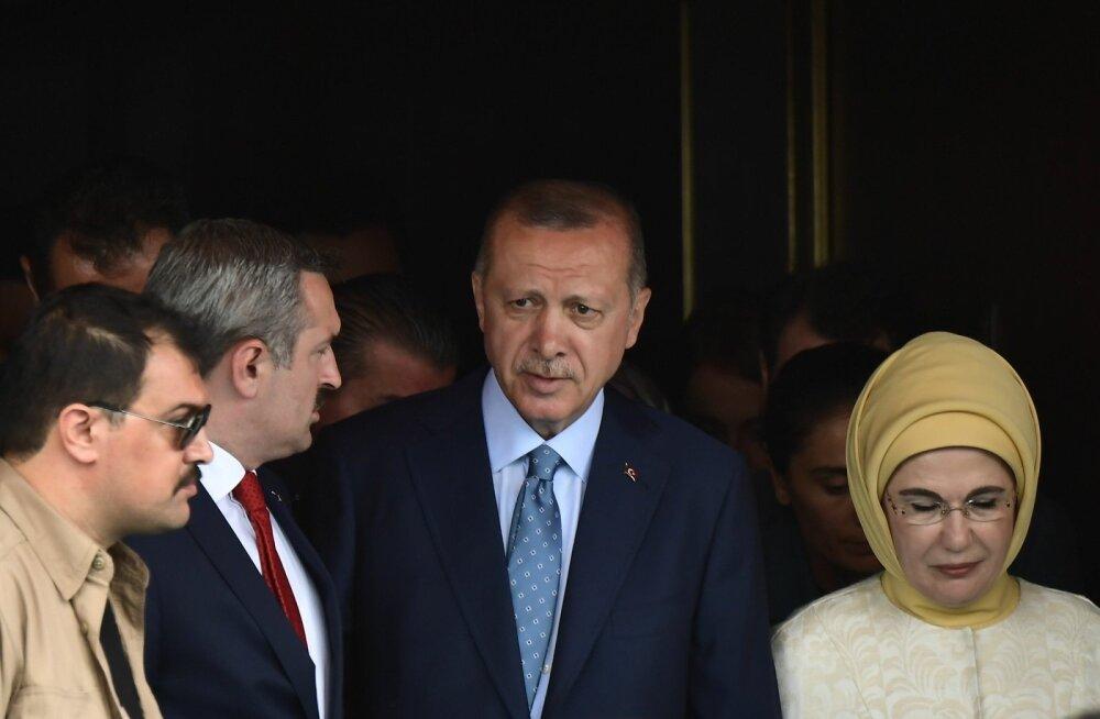 Türgi president Recep Tayyip Erdoğan eile koos abikaasa Eminega jaoskonnas
