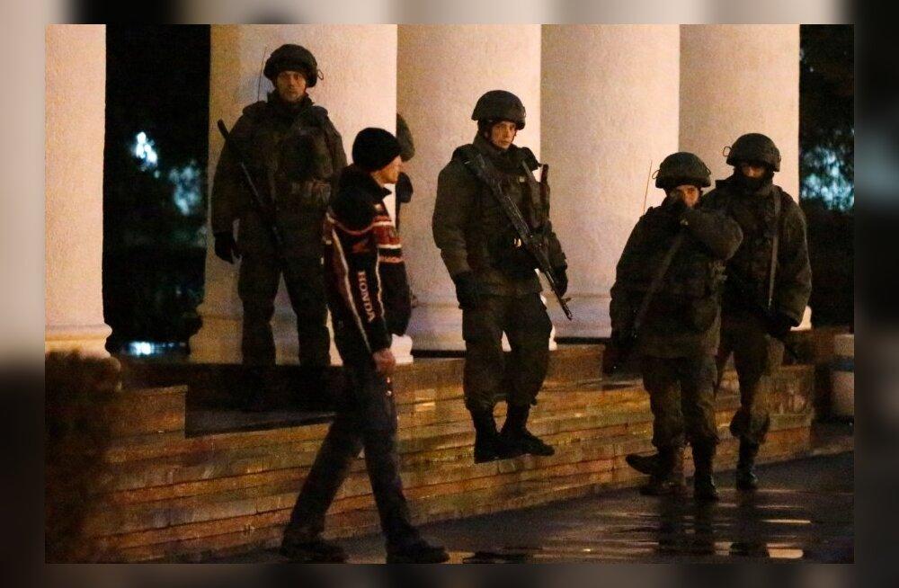 FOTOD: Relvastatud mehed hõivasid Simferopoli ja Vene sõjaväelased Belbeki lennujaama