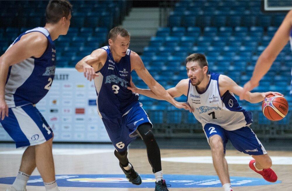 Kristian Kullamäe (palliga) püüab Eesti koondise treeningul saada mööda Jaan Puidetist. Olukorda jälgib Kregor Hermet.