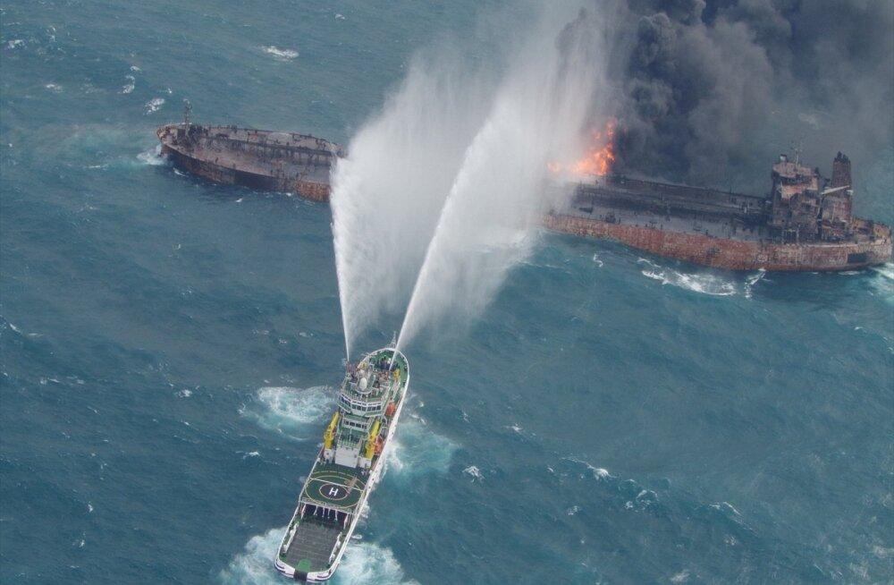 ФОТО: Горящий иранский танкер вынесло к берегам Японии