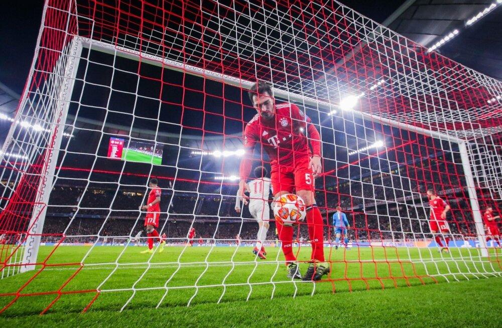 Mats Hummels võtab väravast välja palli, mille lõi sinna Sadio Mané.
