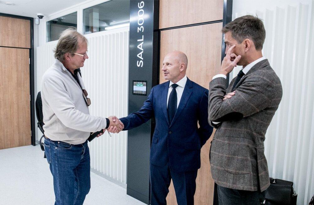 Enne kohtuistungit olid Oliver Kruuda (vasakul) ja Paavo Pettai pealtnäha rõõmsad. Vaidlus röövis Pettai näolt viimsegi naeratuse.