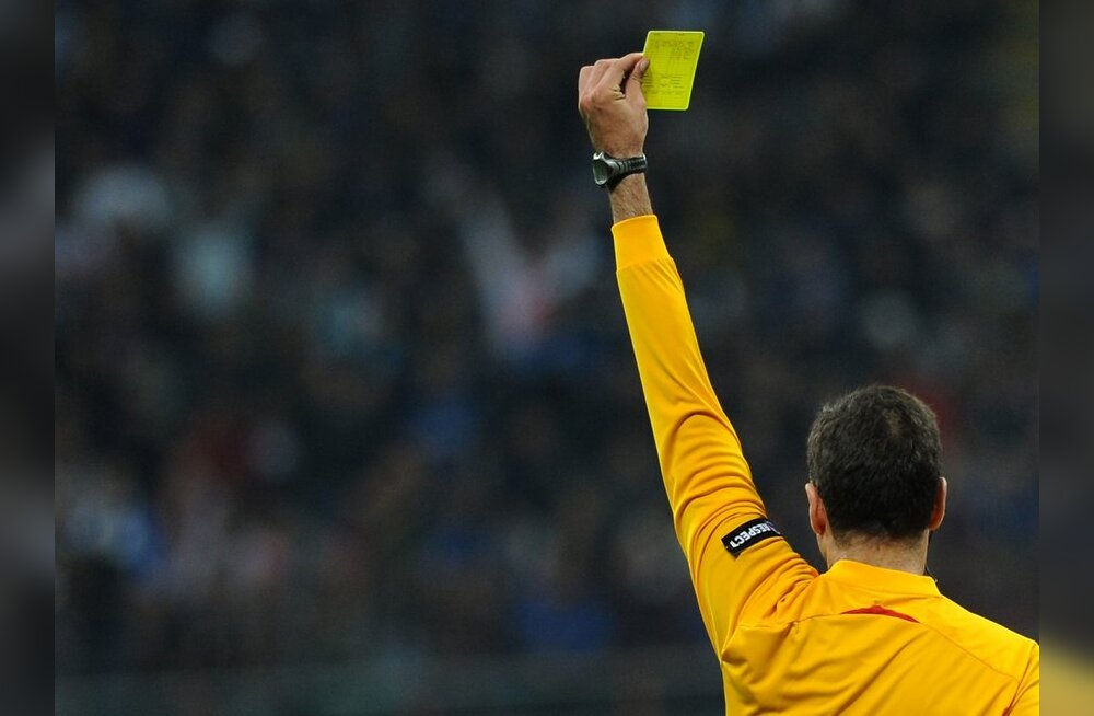 Referee Olegario Benquerenca gives a yellow card to Barcelona's Brazilian defender Dani Alves (not pictured) during their UEFA Champions League first leg semifinal football match against Barcelona on April 20, 2010 in Milan's San Siro stadium. Milan won 3