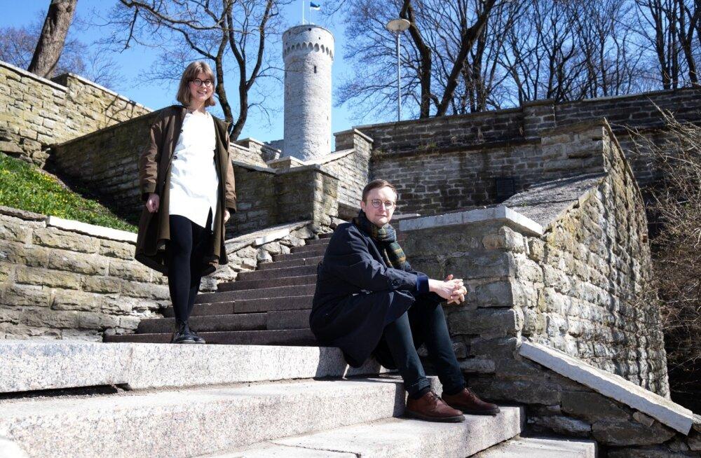 Eesti paviljoni kuraatorid Hirvepargi treppidel, mis on ka osaks näitusest.